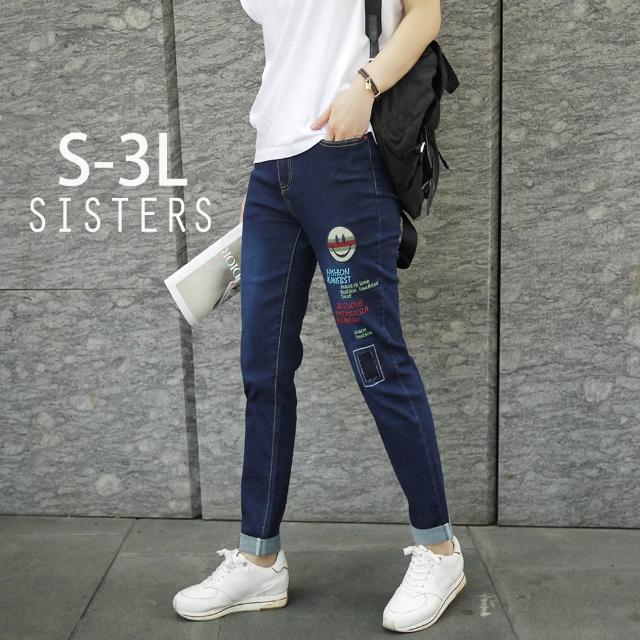 【SISTERS】SISTERS 韓版笑臉字母電繡彈力牛仔褲/S-3L(牛仔褲/八分褲/彈力/顯瘦)