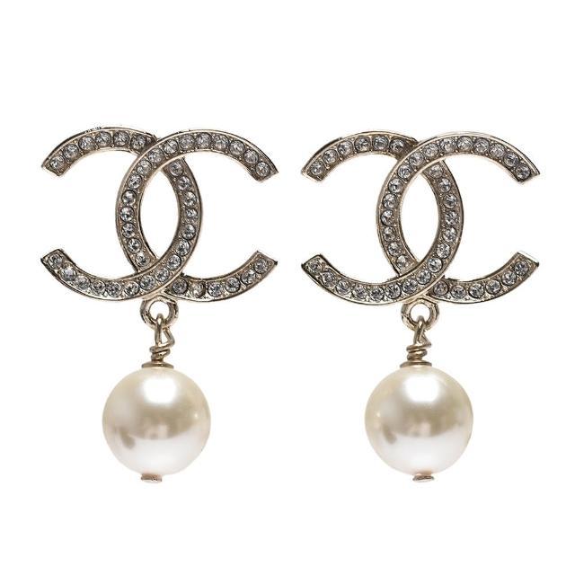 【CHANEL 香奈兒】經典大雙C LOGO水鑽鑲飾珍珠垂墜造型穿式耳環(金AB7064-OR)